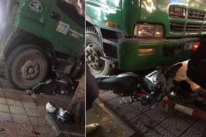Hà Nội: Hai thanh niên đi xe máy chờ đèn đỏ bị ô tô chở rác đâm trọng thương