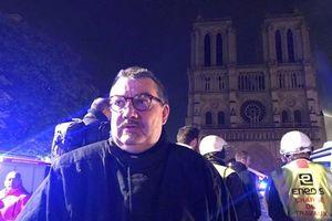 Vụ cháy Nhà thờ Đức Bà Paris: Linh mục xả thân cứu thánh tích được ca ngợi như người hùng