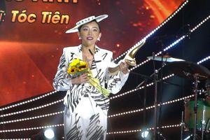 Tóc Tiên cảm ơn Hoàng Touliver khi lần đầu nhận giải cống hiến