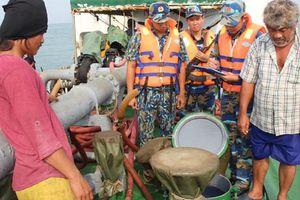Bắt 2 tàu biển buôn lậu hơn 2.500 m3 xăng dầu trên biển Quảng Ngãi