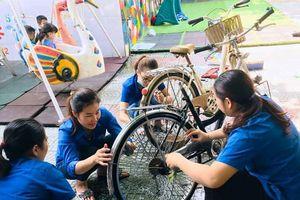 Xúc động hình ảnh cô giáo mầm non sửa xe tặng học sinh nghèo đến trường