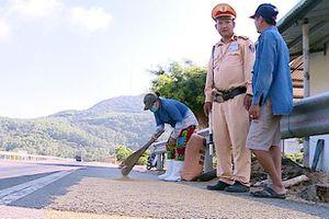 Quảng Ngãi: Nhắc nhở người dân không phơi lúa trên Quốc lộ 1A