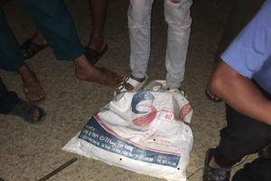 Người dân vây bắt 2 đối tượng mang súng điện đi trộm chó