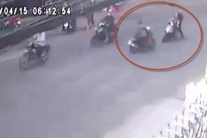 Clip thanh niên ở TP.HCM chết thảm vì lao xe qua đường bất cẩn, 2 cô gái trọng thương