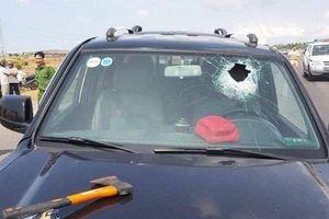Bắt giữ tài xế dùng rìu tấn công người dân, tông vào xe CSGT khiến hai chiến sĩ bị thương