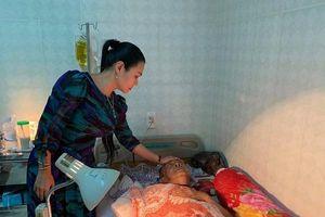 Dù đã tỉnh, nghệ sĩ Lê Bình vẫn không đủ sức mở mắt ra để nhìn mọi người tới thăm