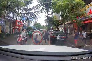 Bị nhắc nhở đi ngược chiều, tài xế Camry hùng hổ xuống xe gây sự nhận cái kết bất ngờ