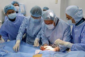 Lần đầu tiên một bệnh viện tuyến quận thực hiện can thiệp phình động mạch ngực bằng kỹ thuật cao