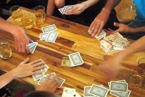 Đi bắt đánh bạc, phó công an xã nhận tiền con bạc