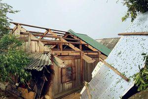 Kỳ Sơn lốc xoáy làm hàng chục ngôi nhà bị tốc mái
