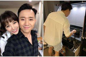 Xắn tay vào bếp nấu ăn cho Hari Won, Trấn Thành bị cư dân mạng nghi mặc nhầm quần của vợ