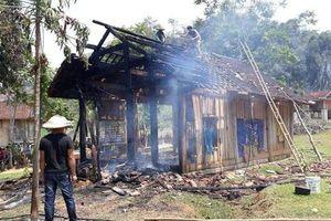 Nhà gỗ mới dựng bốc cháy ngùn ngụt, cụ bà 70 tuổi thoát chết