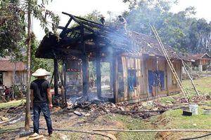 Nghệ An: Cụ bà 70 tuổi thoát nạn trong căn nhà gỗ bốc cháy