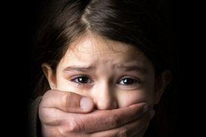 Tranh cãi việc bố mẹ có con bị xâm hại nên im lặng hay lên tiếng