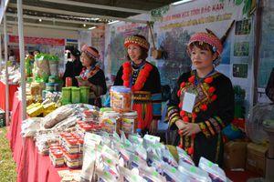 Hàng trăm đặc sản các tỉnh được bán tại hội chợ xúc tiến thương mại HTX