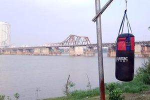 Người Hà Nội tập thể hình bằng đồ tự chế bên sông Hồng