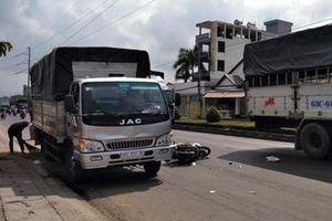 Tông vào xe tải đang dừng bên đường, một thanh niên nhập viện cấp cứu