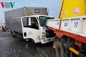 Xe tải húc đuôi xe cẩu, 2 tài xế tử vong tại chỗ