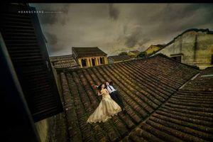Nhiều bạn trẻ trèo lên những mái nhà cổ ở Hội An để chụp hình cưới