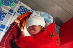 Bé gái sơ sinh nặng hơn 1kg bị bỏ rơi trước nhà dân