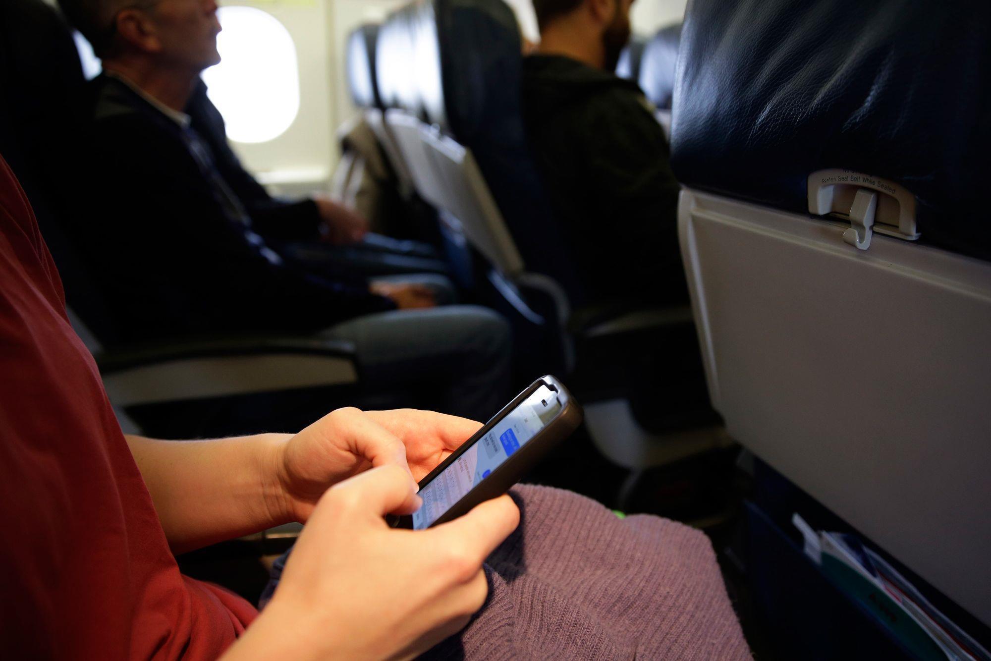 Đồ điện tử nào được mang lên máy bay?