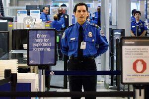 Hải quan Mỹ bị bắt vì nghi trộm tiền khách ở sân bay