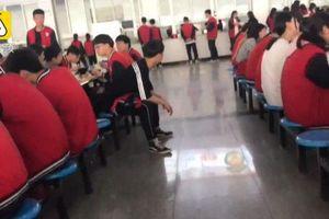 Ngăn cấm tình yêu học đường, nhà trường bắt nam nữ ăn riêng gây tranh cãi