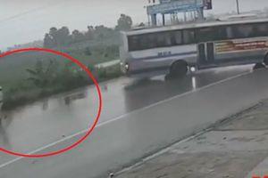 Clip: Tránh CSGT ở Hải Phòng, tài xế xe khách đánh lái như phim hành động