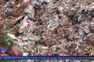 Người dân lập chốt ngăn chặn phản đối xe chở rác vào bãi tập kết