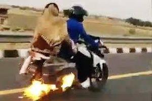 Hoảng hồn người đàn ông chở vợ con trên chiếc xe máy bốc cháy