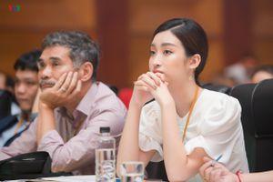 Hoa hậu Đỗ Mỹ Linh diện đầm trắng, làm giám khảo 'Vầng trăng khuyết'