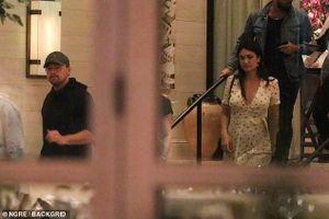 Vắng người tình trẻ, Leonardo DiCaprio vui vẻ đi ăn tối với bạn ở Mỹ