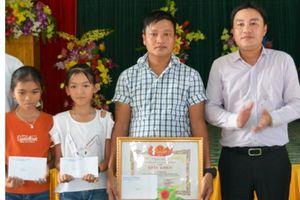 Khen thưởng người cứu hai học sinh bị đuối nước