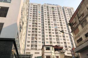 Đang cấp cứu bé trai rơi từ tầng 11 chung cư Hà Nội xuống mái tầng 1