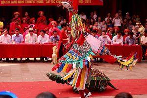 Người dân dự lễ hội Đền - Đình Kim Liên dưới cái nắng nóng như đổ lửa