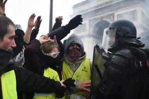 Người biểu tình Áo vàng tiếp tục xuống đường sau vụ cháy Nhà thờ Đức Bà Paris