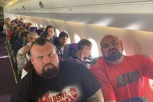 Tình cảnh hài khó đỡ của hai đại lực sĩ đi cùng chuyến bay