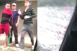 Clip tài xế bị đám trai làng cầm vũ khí truy sát, đập bể kính ô tô