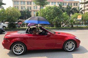 Đi xe mui trần sang chảnh, 2 thanh niên nhận cái kết đắng 'lấy ô che cho đỡ nắng' khiến cư dân mạng phì cười