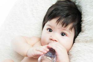 Trẻ sơ sinh có thể bị suy dinh dưỡng vì... uống nước