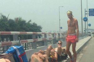 Du khách nước ngoài mặc nội y, phơi nắng 'ngả ngớn' tại sân bay Nội Bài