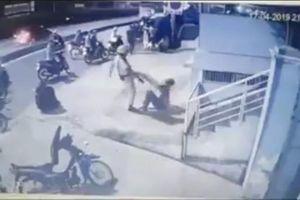 Sốc với clip CSGT đá thẳng vào mặt thanh niên bị bắt sau khi va chạm xe máy