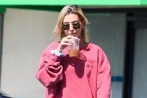 Vợ Justin Bieber mặc quần hồng rực, vui vẻ lái siêu xe đi tập Pilates