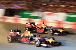 Mãn nhãn với màn biểu diễn xe đua F1 nóng 'cháy' sân Mỹ Đình