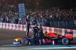 Khởi động F1 Việt Nam: Xem xe đua F1 'drift' trên đường phố Hà Nội