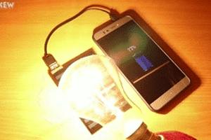 Điện thoại sạc khi được chiếu đèn