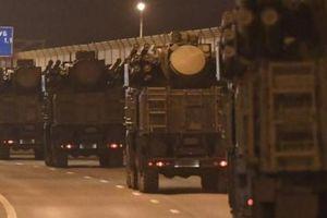 Đoàn xe quân sự Nga 'dài vô tận' ùn ùn tiến vào Moscow