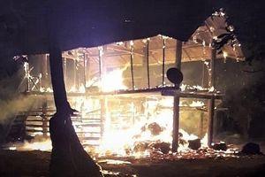 Lửa cháy từ đống rơm thiêu rụi nhà sàn, một cháu bé tử vong