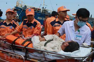 Điều trực thăng đưa bệnh nhân bị tắc ruột, nhiễm trùng vào đất liền