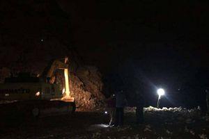 Trắng đêm tìm kiếm công nhân bị vùi trong mỏ đá sau tiếng nổ lớn